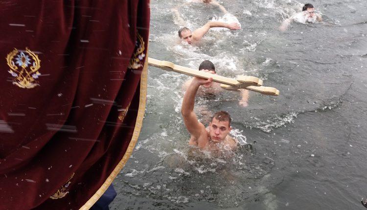 Mihajlo Stanković pobednik prvog Bogojavljenskog plivanja