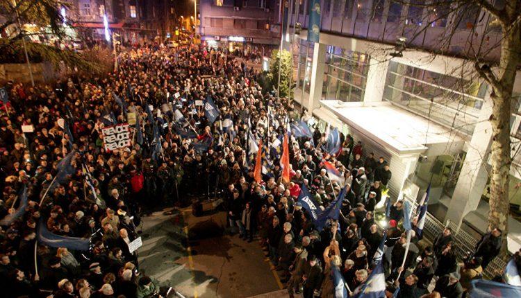 Žandarmerija izvela demonstrante, protest naspavljem ispred zgrade RTS -a (VIDEO)