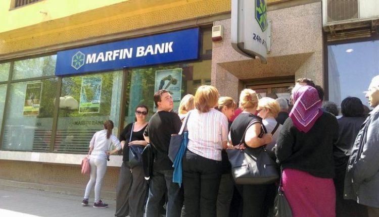 Zatvaraju banku, dugački redovi od ranog jutra